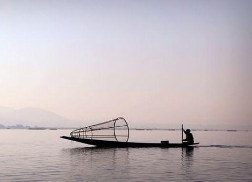 茵莱湖上:穿裙子的缅甸男人