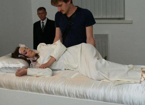 乌克兰睡美人展:吻醒就能娶回家