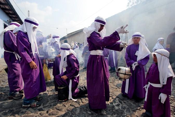走在缤纷受难之路 再现危地马拉复活节盛典