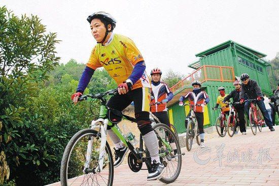 漫步骑行在山间 中国死海二月寻春记